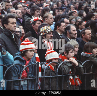English League Division One match at Highbury. Arsenal 0 v Derby County 1. Young Arsenal fans in scarf and hats - Stock Photo
