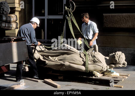 DEU, Germany, Hesse, Frankfurt, workers loading a sculpture.  DEU, Deutschland, Hessen, Frankfurt am Main, Arbeiter - Stock Photo
