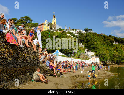 Festival attendees and families enjoying sunshine on the beach, during Festival No.6. In Portmeirion, North Wales - Stock Photo
