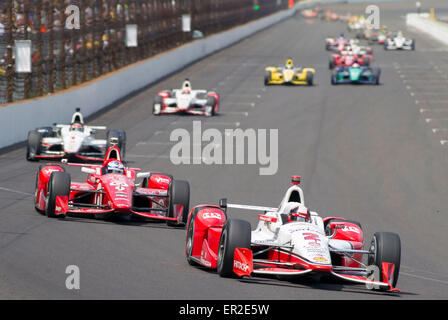 Indianapolis, Indiana, USA. 24th May, 2015. Eventual winner JUAN PABLO MONTOYA leads the field into Turn 1 during - Stock Photo