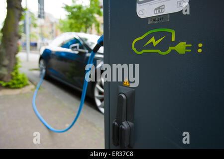 DEN HAAG - Een Tesla staat verbonden aan een oplaadsnoer. De fabrikant van de auto, Tesla motors heeft vrijdag in - Stock Photo