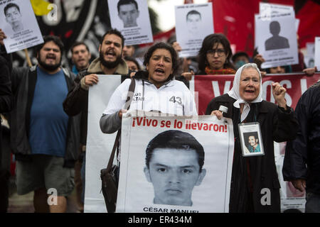 (150527) -- BUENOS AIRES, May 27, 2015 (Xinhua) -- Hilda Hernandez Rivera (L), mother of the missing student Cesar - Stock Photo