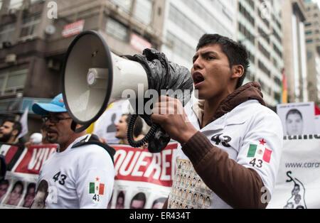 (150527) -- BUENOS AIRES, May 27, 2015 (Xinhua) -- Francisco Sanchez Nava (R), student of the Rural Normal School - Stock Photo