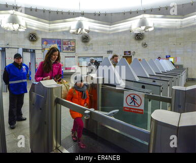 Moscow, Russia. 19th May, 2015. Ticket barriers at Kuznetsky Most metro station of the Tagansko-Krasnopresnenskaya - Stock Photo