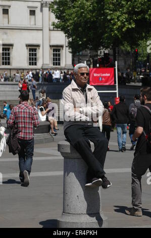 London, UK. 27th May, 2015. man relaxes in Trafalgar Square in bright sunshine after the opening of parliament ceremony. - Stock Photo