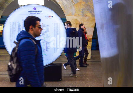 Moscow, Russia. 19th May, 2015. Passengers walk by a Moscow Metro map at Kuznetsky Most metro station of the Tagansko - Stock Photo