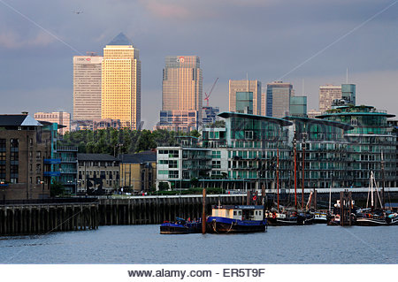 River Thames at Wapping with office towers in the background, One Canada Square, HSBC Tower and Citigroup Centre - Stock Photo