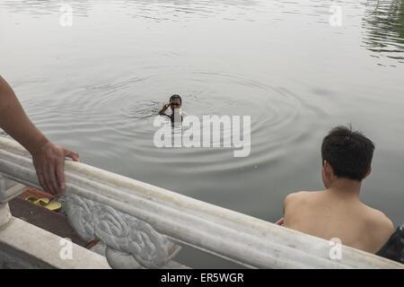 May 14, 2015 - Swimming at Shichahai, Beijing, China © Jiwei Han/ZUMA Wire/Alamy Live News - Stock Photo