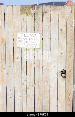 Handwritten note on a gate requesting no parking, England, UK - Stock Photo