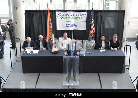 Garden City, New York, USA. 26th May 2015. JAY JACOBS, Chairman of the Nassau County Democrats, speaks at the podium - Stock Photo