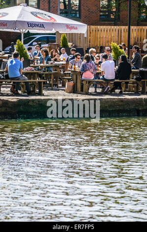 Lazy Afternoon Eating and Drinking by Leeds Liverpool Canal, Granary Wharf, Leeds Town Center, West Yorkshire Stock Photo