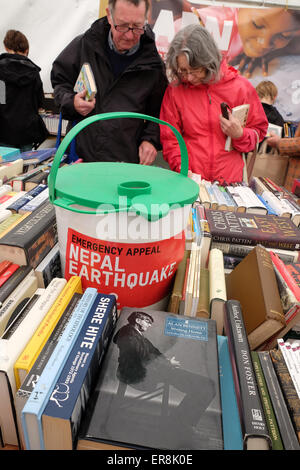 Hay Festival, Powys, Wales -  Visitors to the Hay Festival can browse a large selection of secondhand books for - Stock Photo