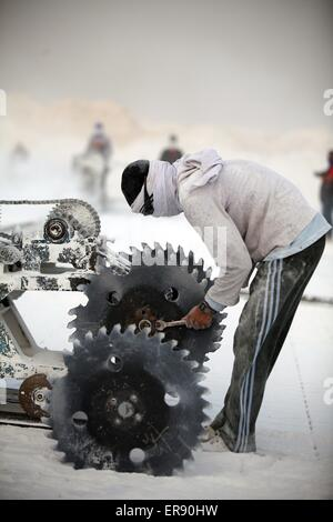 Minya, Egypt. 28th May, 2015. An Egyptian quarry worker works on a saw machine on a limestone quarry at the village - Stock Photo