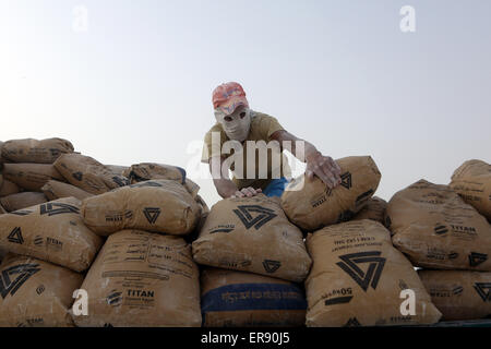 Minya, Egypt. 28th May, 2015. An Egyptian worker arranges packed cement on a limestone quarry at the village of - Stock Photo