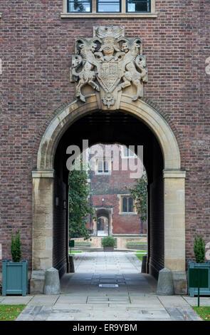 UK, England, Cambridge.  Gate to St. John's College. - Stock Photo
