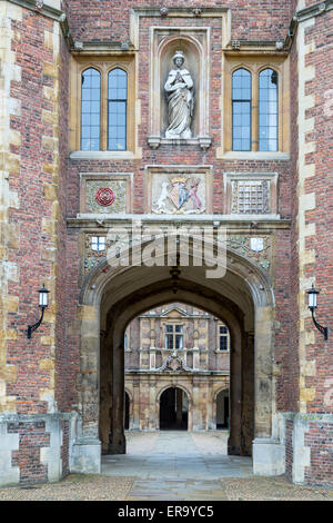 UK, England, Cambridge.  Countess of Shrewsbury Statue above Entrance to Inner Courtyard, St. John's College. - Stock Photo