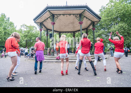 London, UK. 30 May 2015. Racers taking part in the dance warm-up ahead of the Hope in Heels charity race in Battersea - Stock Photo