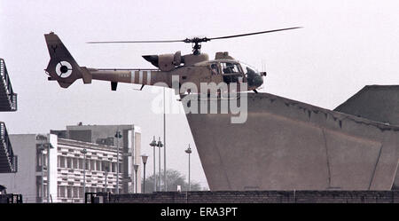 6th March 1991 A British army Gazelle helicopter ferries British ambassador Michael Weston to meet John Major and - Stock Photo