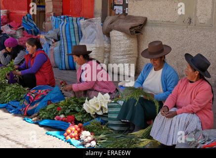 Women selling produce at Sunday market, Quiquijana (near Cuzco), Peru - Stock Photo