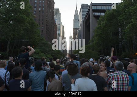 New York, USA. 30th May, 2015. People wait to take photos of 'Manhattanhenge' in the Manhattan, New York, the United - Stock Photo