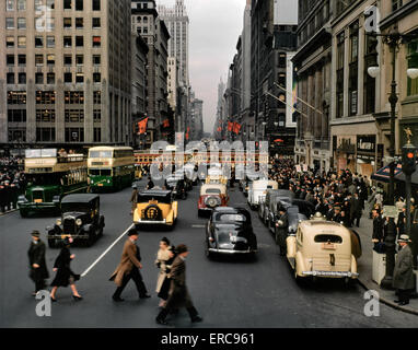 1940s PEDESTRIANS CARS TAXIS BUSES TROLLEY TRAFFIC FIFTH AVENUE LOOKING NORTH FROM JUST BELOW 42nd STREET MANHATTAN - Stock Photo