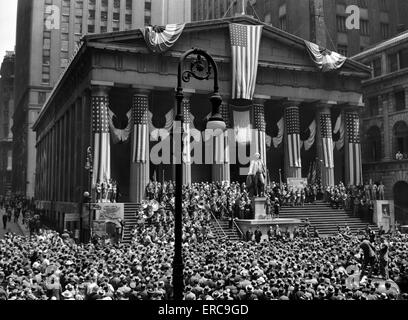 1942 WWII WAR BOND RALLY FEDERAL TREASURY BUILDING NEW YORK STOCK EXCHANGE WALL STREET MANHATTAN NEW YORK CITY USA - Stock Photo