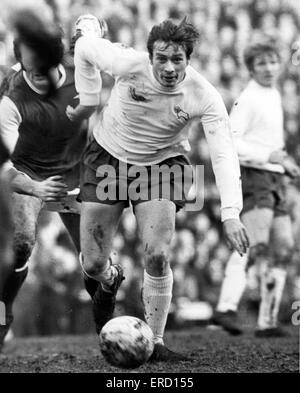 English League Division One match at Highbury. Arsenal 2 v Derby County 0. Derby's John O'Hare (left) run's at the - Stock Photo