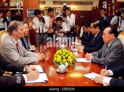 Phnom Penh, Cambodia. 2nd June, 2015. Cambodian Deputy Prime Minister and Foreign Minister Hor Namhong (1st R) meets - Stock Photo