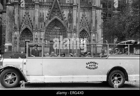 Cologne, Germany, c. 1930s. Dahmen's Auto Rundfahrt (Dahmen's Tour Bus). Postcard stamped 28/05/1935. - Stock Photo