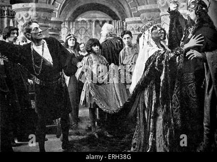 1913 film of Hamlet by William Shakespeare. Still showing Sir J. Forbes-Robertson and Miss Gertrude Elliott and - Stock Photo