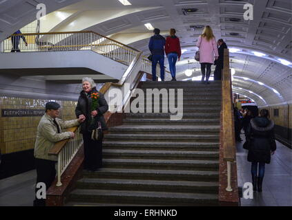 Moscow, Russia. 28th May, 2015. Passengers at Biblioteka Imeni Lenina metro station of the Sokolnicheskaya Line. - Stock Photo