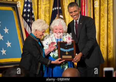 U.S. President Barack Obama awards the Medal of Honor to Elsie Shemin-Roth (C) and Ina Bass (L), accepting on behalf - Stock Photo