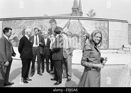 Senator Edward Kennedy and his party at the memorial to his brother, John, in St Chad's Circus, Birmingham, during - Stock Photo