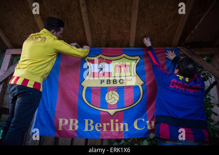 Berlin, Germany. 30th May, 2015. Barca fans hang the club's banner at the 'PBBC' FC Barcelona fan club prior to - Stock Photo
