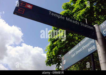 A pedestrian signpost directing tourists to landmarks and attractions in Bristol. - Stock Photo