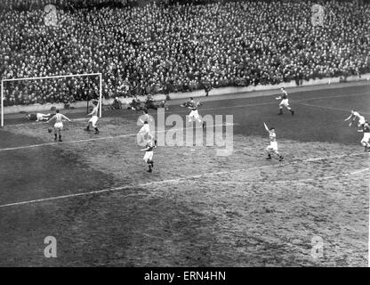 FA Cup semi final replay, 14th March 1951. Birmingham keeper Merrick fails to hold onto a Mortensen shot and is - Stock Photo