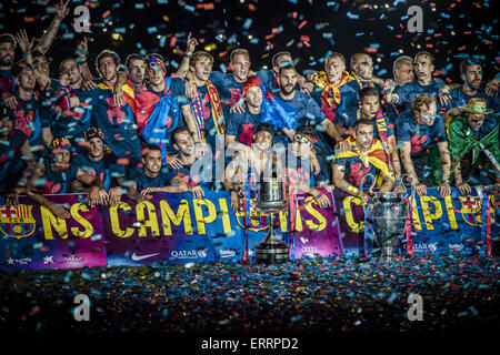Barcelona, Catalonia, Spain. 7th June, 2015. The players of the FC Barcelona gather for a group photo with the three - Stock Photo