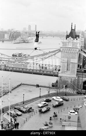 Karl Wallenda, Tightrope Walker, crosses 100ft above the ground, near Tower Bridge, London, Monday 22nd November - Stock Photo