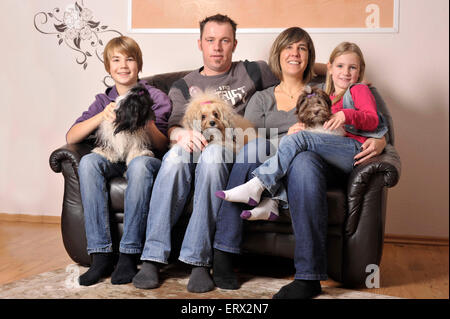 Familie mit Havaneser / family with havanese - Stock Photo