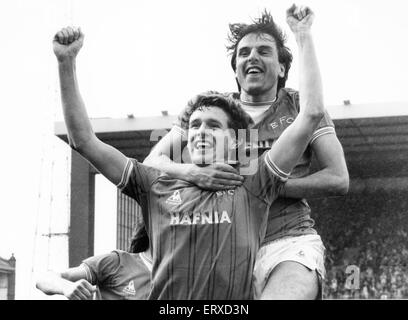 Everton footballer Kevin Sheedy congratulated by teammate Graeme Sharp after he scored the equalising goal in the - Stock Photo