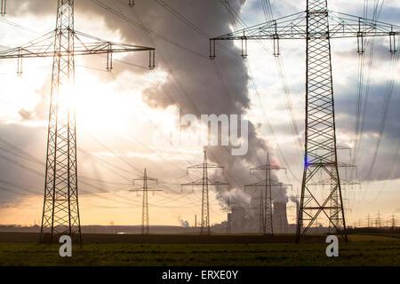 Europa, Deutschland, Nordrhein-Westfalen, Hochspannungsleitungen bei Bergheim, im Hintergrund das Braunkohlekraftwerk - Stock Photo