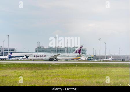 Qatar Airways Boeing 787 Dreamliner - Munich Airport - Stock Photo