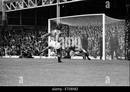Charity Shield football match at Wembley Stadium. Leicester City 1 v Liverpool 0. Liverpool's Ray Clemence saves - Stock Photo
