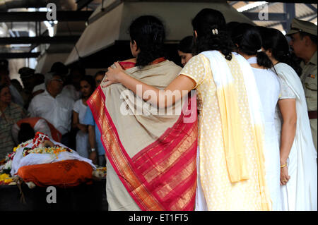 Wife Kavita and daughter Jui at funeral of Anti Terrorism Squad Chief Hemant Karkare killed by terrorist attack - Stock Photo