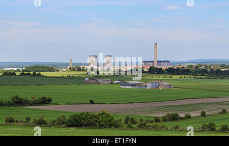 Didcot Power station amongst agricultural fields - Stock Photo
