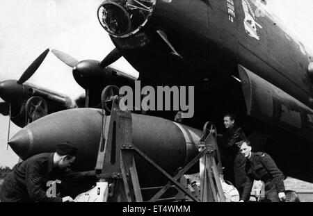 Bomber command load one of the new 12,000 pound 'earthquake' bombs onto  a Lancaster II bomber, the same bombs that - Stock Photo