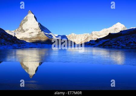 Matterhorn und halb zugefrorener Riffelsee am Morgen, Schweiz, Wallis | Matterhorn und mountain lake Riffel, Riffelsee, - Stock Photo