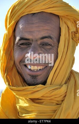 Berber mit dem traditionellen Litham, Portraet, Marokko, Erg Chebbi, Sahara | berber with traditional tagelmust, - Stock Photo