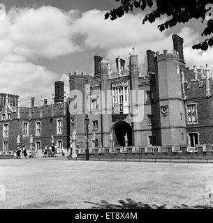 Hampton Court Palace, London Borough of Richmond upon Thames, London, 28th August 1952. - Stock Photo