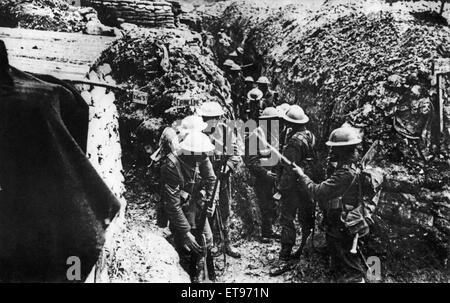 Men of the 1st Lancashire Fusileers fixing bayonets before their assault on Beaumont-Hamel, the Somme, Picardy, - Stock Photo